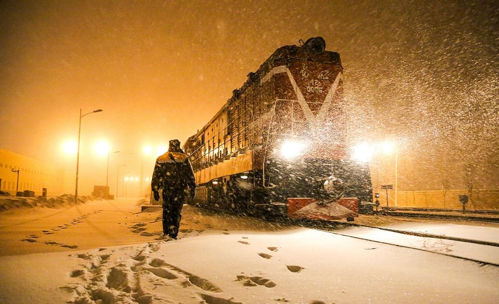 圖片故事丨暴風雪中堅守的鐵路工作者